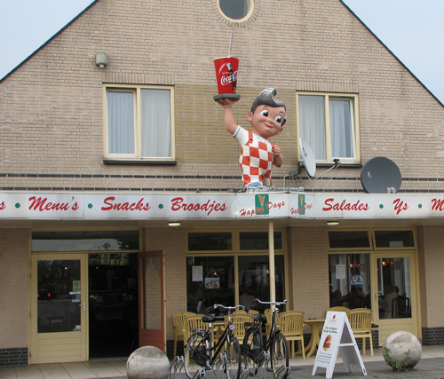 Big Boy statue above Dutch snackbar